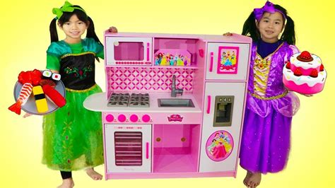 Emma & Jannie Pretend Play Food Cooking Competition W