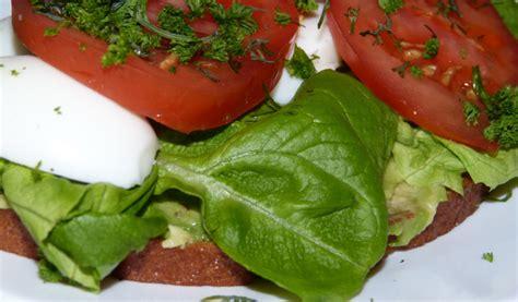 Receptes.lv - Brokastu maize ar olu un tomātiem