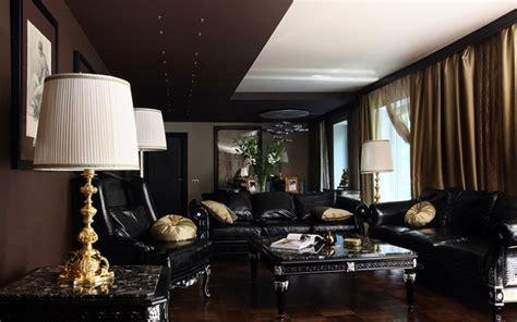 donne canapé décoration salon moderne en noir pour un intérieur