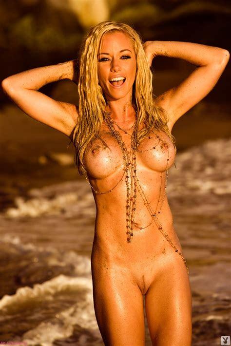 kendra wilkinson flashing her tits