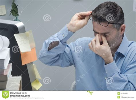 employe de bureau employé de bureau avec douleur oculaire photo stock