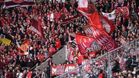 FC Bayern: So rechtfertigen die Fans die Schmäh-Plakate ...