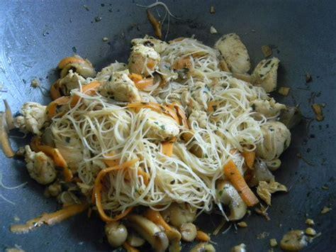 cuisiner vermicelle de riz wok de vermicelles de riz sautées au poulet recettes by