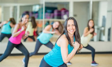 zumba fitness dance class classes workout doing lunges exercise body soul aerobic benefits delhi place imagens strong fotografias immagini studios