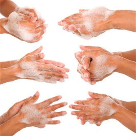 se laver les mains apres les toilettes 1 fran 231 ais sur 2 ne se lave pas les mains apr 232 s 234 tre all 233 aux toilettes magazine avantages