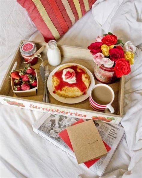Ans Bett Bilder by Valentinstagsgeschenk Fr 252 Hst 252 Ck Bett Erdbeeren Pancakes