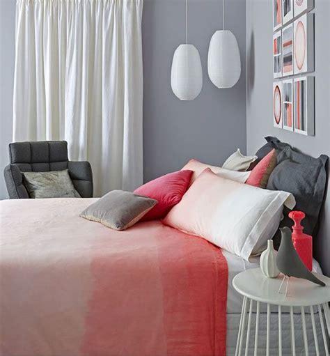 murs gris dans une chambre denfant