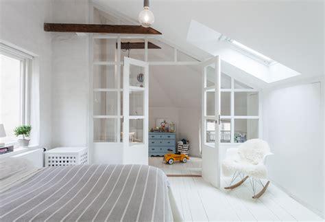 separation chambre parents bebe touches colorées dans un duplex tout blanc