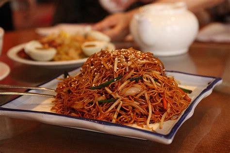 cuisiner nouilles chinoises nouilles chinoises sautées aux légumes et au porc recette cuisine et légumes