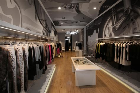 magasin de porte interieur le vestiaire nouveau temple de la mode aux berges du lac trois marques de luxe au rendez vous