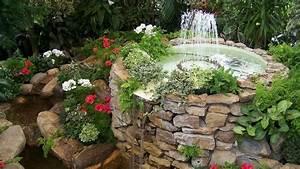 Pflanzen Auf Stein : springbrunnen aus stein mit wasserspiel im garten umgeben von pflanzen gartenteich ~ Frokenaadalensverden.com Haus und Dekorationen