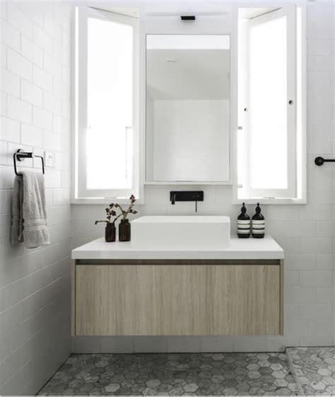 tegels badkamer zwart wit badkamer met combinatie van zwart wit en hout interieur