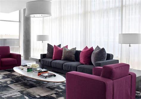 canapé confortable convertible idée déco salon gris et violet et blanc deco maison moderne