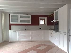 Cucina in legno di frassino spazzolato laccata bianca for Cucina bianca legno