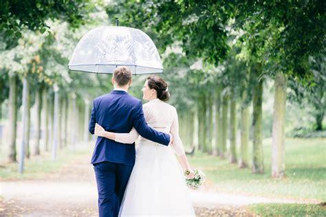 hochzeitsfotos im regen gluecklicht fotografie