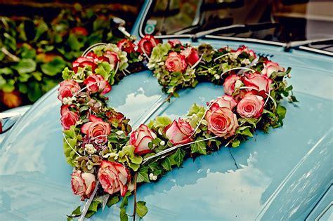 blumengesteck hochzeit auto hochzeit melanie walter salzburg schloss leopoldskron blumengesteck am hochzeitsauto wedding