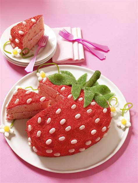 cakes decorated with strawberries 25 best ideas about strawberry cake decorations on