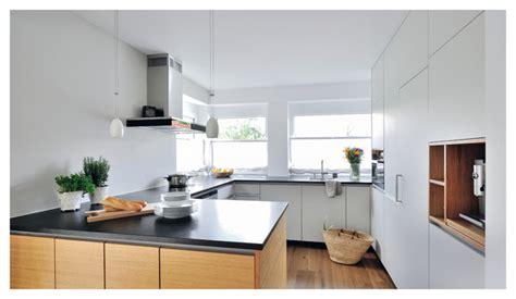 Weiße Küche Mit Dunkler Arbeitsplatte
