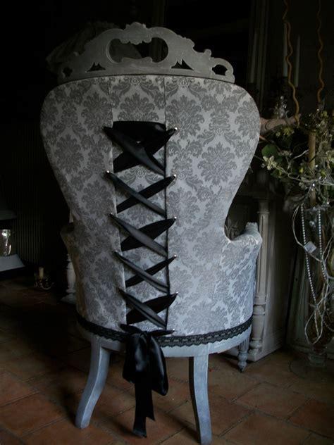 coussin sur canapé gris fauteuil ancien relooké quot esprit quot grain de folie