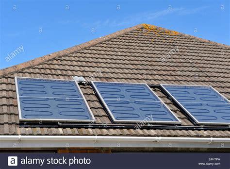 Sonnenkollektoren Warmes Wasser Zum Nulltarif by Dicke Platte Thermische Sonnenkollektoren Auf Dem Dach Des