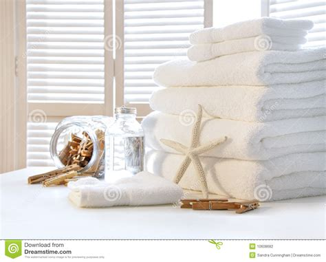 faire blanchir du linge fluffy white towels on table stock photo image 10608682