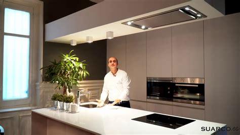 una cocina moderna blanca  isla espectacular
