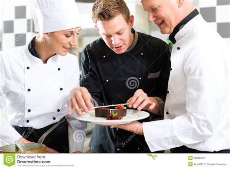 cuisine des chef équipe de chef dans la cuisine de restaurant avec le