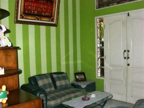 wallpaper dinding ruang tamu warna hijau desain