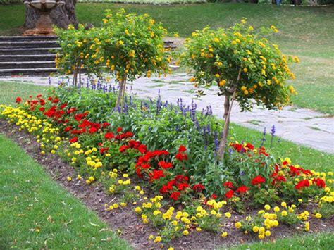 Les Jardins Aux Platesbandes Fleuries