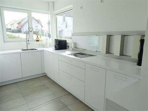 Weiße Minimalistische Küchen
