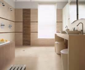 Rivestimenti bagni moderni colore dominante con marrone chiaro a partire dal pavimento