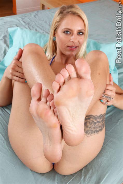 Cameron Canada Feet - Hot Girls Wallpaper