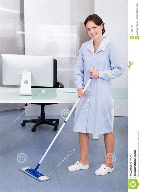 nettoyage de bureau plancher de nettoyage de domestique dans le bureau photo