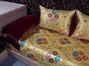salon marocain haut design classique salon marocain deco With tapis champ de fleurs avec tissu pour refaire canapé