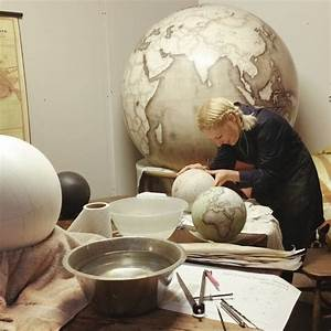 Globe Terrestre Bois : un des derniers endroits o l 39 on fabrique des globes la main ~ Teatrodelosmanantiales.com Idées de Décoration