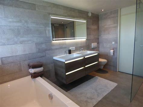 moderne badkamer met led verlichting  het meubel