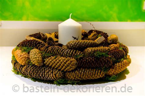 kranz aus kiefernzapfen basteln anleitung basteln in der adventszeit kranz aus tannenzapfen basteln und dekorieren
