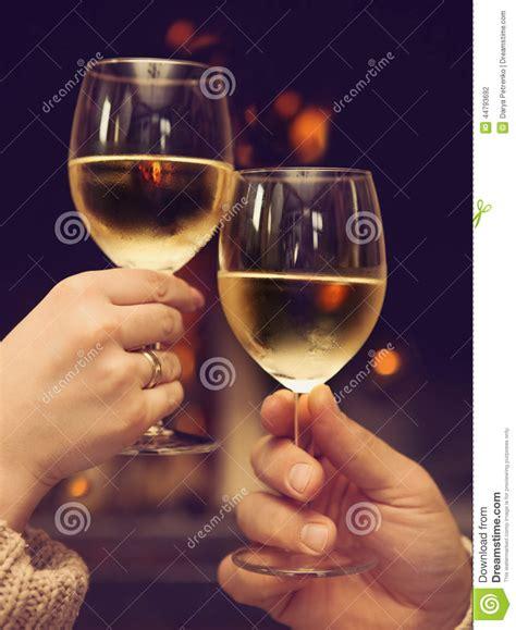i bicchieri coppie tostano i bicchieri di davanti al camino