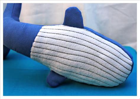 Ausführliche nähanleitung inklusive schnittmuster zum nähen eines wals. Mit Nadel und Faden: groß, größer, Wal