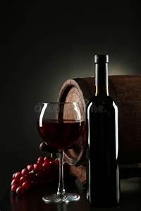 Verre A Vin Noir : verre de vin rouge avec la bouteille et baril sur un fond noir image stock image 48663593 ~ Teatrodelosmanantiales.com Idées de Décoration