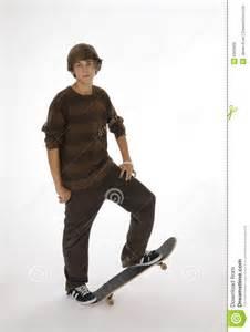 Standing Skateboard by Jugendlicher Der Auf Skateboard Steht Lizenzfreie