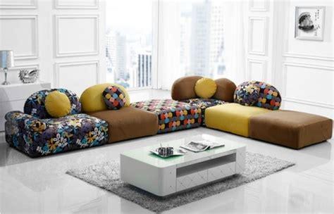 canapé au sol table de salon l 39 accessoire fonctionnel et moderne