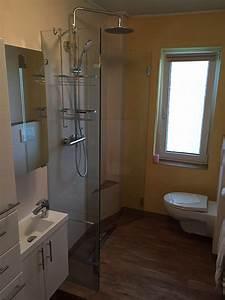 Kleines Bad Optisch Vergrößern : minibad mit kunststoffbodenbelag in holzoptik bad 072 b der dunkelmann ~ Bigdaddyawards.com Haus und Dekorationen