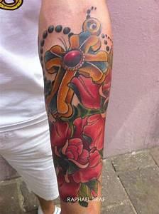Croix Tatouage Homme : tatouage croix en or et fleur rouge inkage ~ Dallasstarsshop.com Idées de Décoration