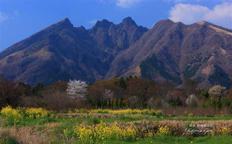 休耕地と阿蘇根子岳の壁紙 1920x1200