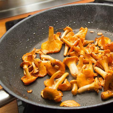 cuisine girolles recette poêlée de girolles à l 39 ail