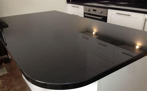 schwarze hochglanz küche m 246 glicherweise die ultimative gl 228 nzende schwarze arbeitsplatte f 252 r moderne zeitgen 246 ssische k 252 che