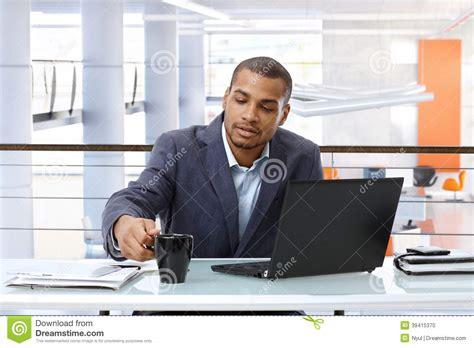 bureau homme d affaire homme d 39 affaires noir travaillant avec l 39 ordinateur dans