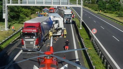 A10 Geisterfahrer Blockieren Rettungsgasse by Lkw F 228 Hrt In Rettungsgasse Und Blockiert Diese B Z Berlin