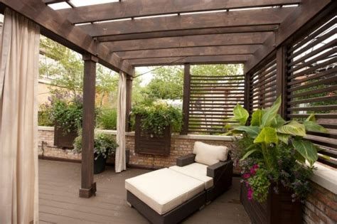überdachung terrasse freistehend holz pergola terrasse halb freistehend rattan relaxsessel hocker outdoor garden